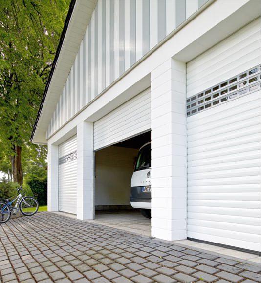 Garagentor-Deckenlauftor-Detolux-halb-offen